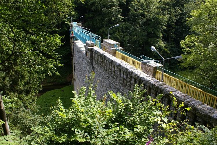 Międzygórze – Zapora na potoku Wilczka.jpeg