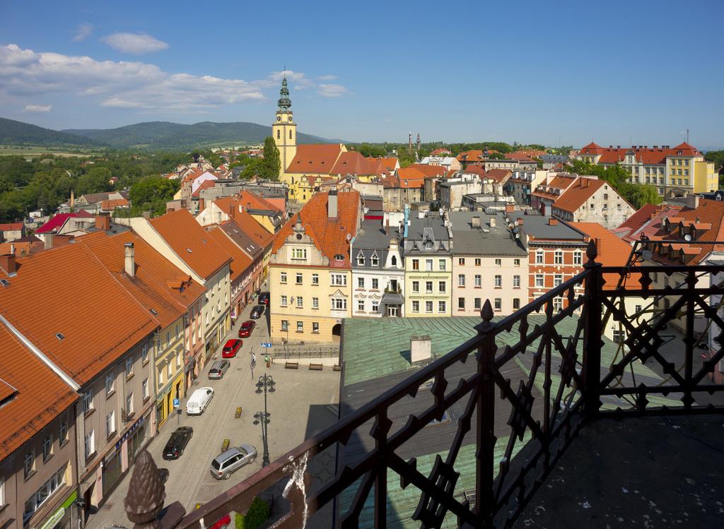 Widok na miasto i Góry Bystrzyckie z wieży ratuszowej.jpeg